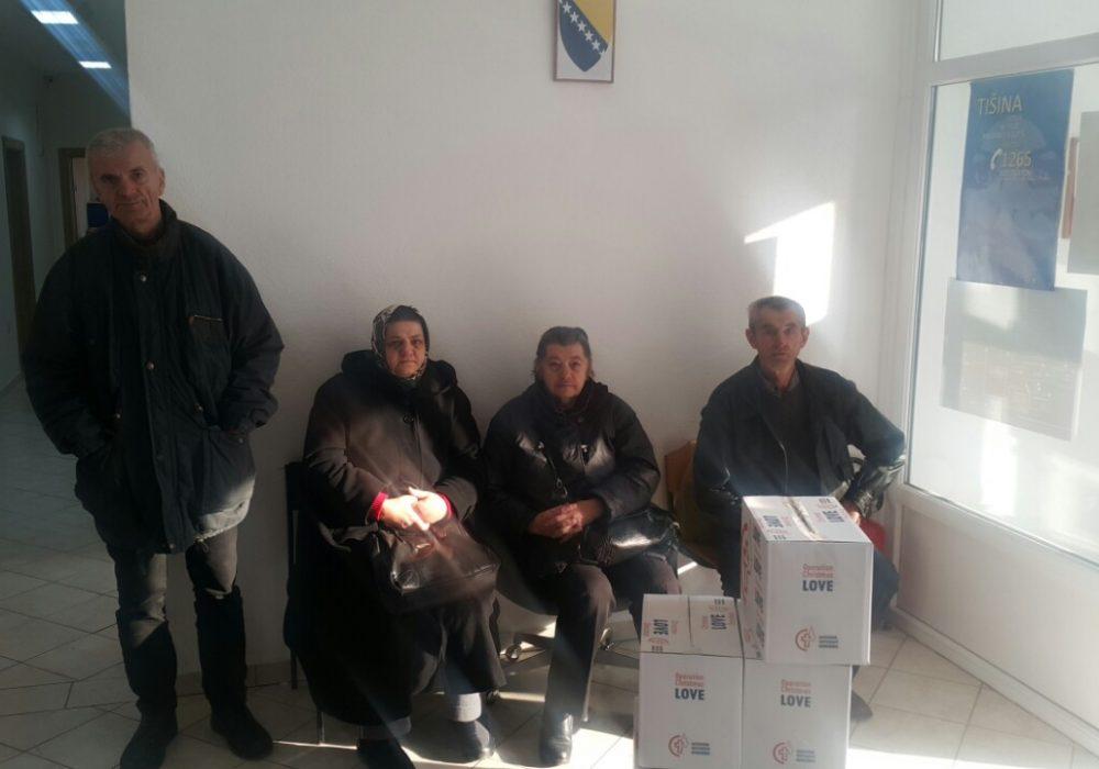 Podjela paketa hrane socijalno ugroženim osobama koje nemaju djece donirane od strane Evanđeoske Crkve